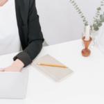 Comunicação alinhada: funcionária trabalhando remotamente