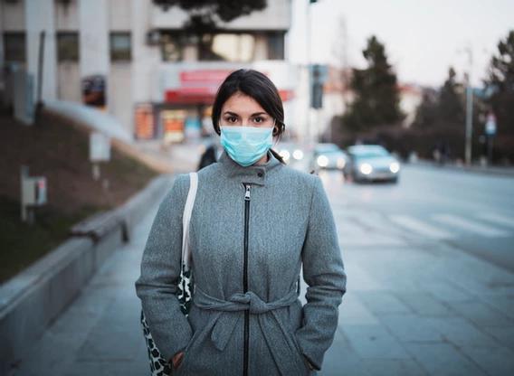 Segurança no trabalho: mulher usando máscara de proteção.