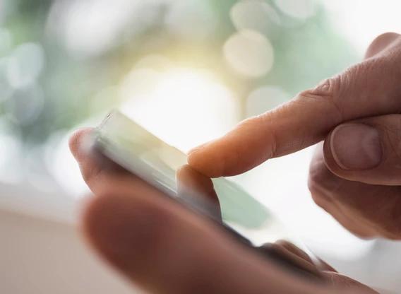 Comunicação interna: pessoa usando o celular