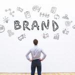 Homem de negócios pensando na estratégia de construção de marca