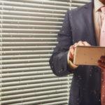 Homem de negócios revendo os aprendizados da CI na pandemia
