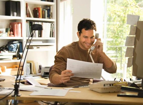 Comunicação interna no pós-pandemia: homem de negócios atendendo telefone