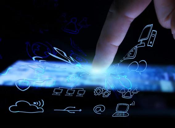 Dedos mexendo em dispositivo móvel representando a transformação digital