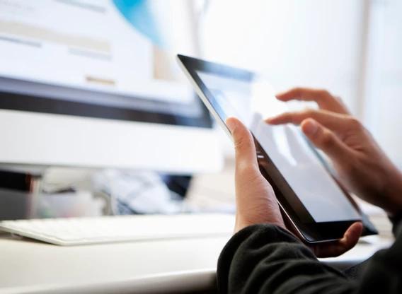 Cultura organizacional: funcionário usando tablet