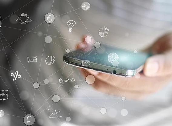 Homem usando celular representando endomarketing online